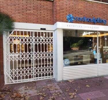 Instalación Ballesta puerta centro de estética en Barcelona