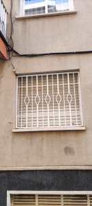 Instalación 4 rejas fijas + 3 ballestas en piso de Calafell