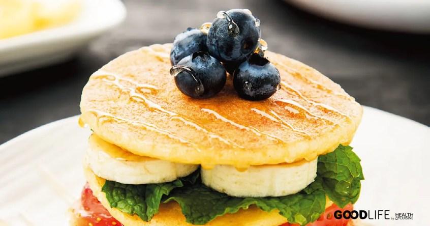 แพนเค้กข้าวหอมมะลิ กับผลไม้และน้ำผึ้ง