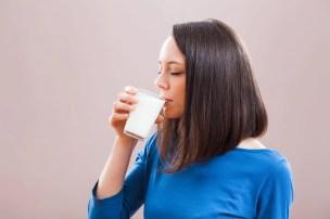 ผู้หญิงดื่มนม