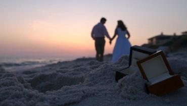 romantis di pantai setelah menikah