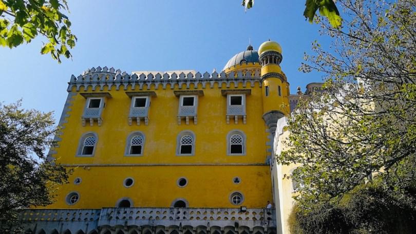 belle facade jaune du palais de pena a sintra