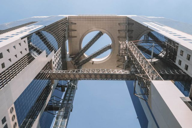 Osaka Aantrekkelijkheden G Tower van onderen