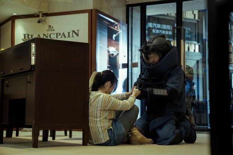 《拆彈專家2》潘承風為了精準拯救人質不惜冒險脫下防護衣
