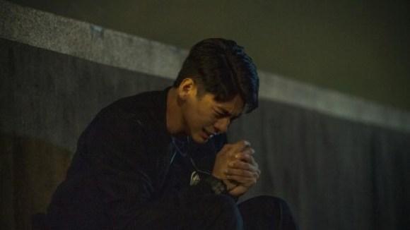《火神的眼淚》劇照:志遠創傷後壓力症候群發作痛苦自責