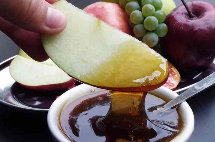 benefits of honey, apple dipped in honey