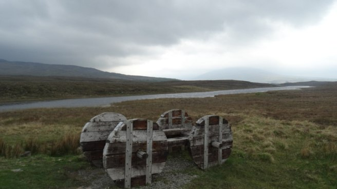 'La charrette' Sculpture sur Great Western Greenway près du Loch Fada, Derradda par Colin Park (CC BY-SA 2.0) via Geograph.ie. https://www.geograph.ie/photo/5220673