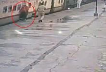 چلتی ٹرین میں چڑھنے کی کوشش، خاتون بال بال بچ گئیں