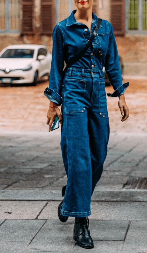 Model wearing baggy jeans