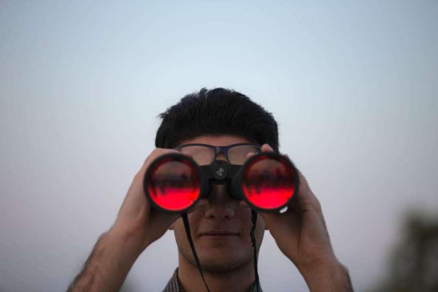 guy-using-binochulars