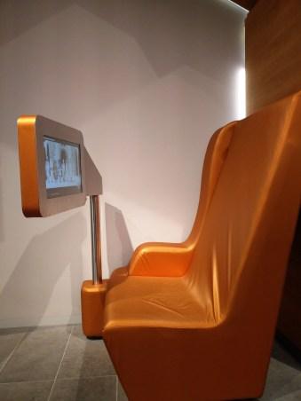 Sitzmöglichkeiten laden zum Verweilen und Zuhören ein