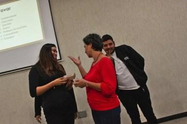 Entrega de obsequios a ponentes por parte del patrocinante del Meet Up de Comunidades Digitales