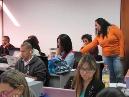 Participantes realizando la práctica final. Creatividad y enfoque en el ambiente