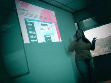 Aura Brito describiendo los elementos y el panel en Canva