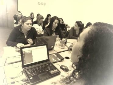 Participantes creando sus diseños desde cero en Canva