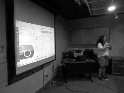 Aura Brito explicando el uso de la Herramienta Hootsuite