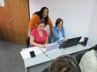 Participantes activos realizando las prácticas en Canva desde sus equipos