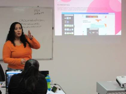 Aura Brito describiendo el manejo de elementos en la herramienta Canva
