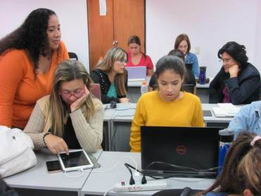 Aprender haciendo. Participantes diseñando en Canva
