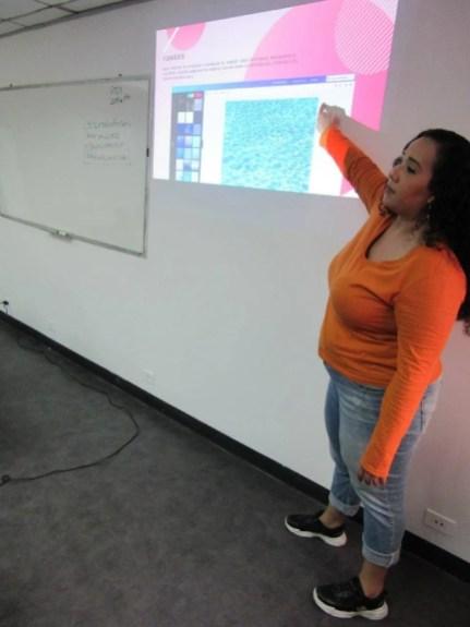 Aura Brito explicando el uso de fondos en Canva
