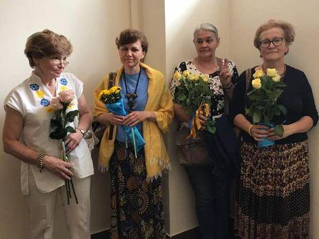 Волонтеры принесли цветы на заседание суда, который рассматривал апелляции на арест военнопленных украинских моряков