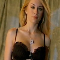 Hot Actress # 111 - JENNIFER HOLLAND: BLONDE BOMBSHELL