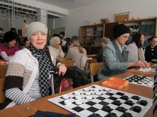Педагоги играют в шашки