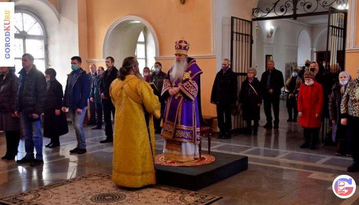 28 марта епископ Мефодий совершил Божественную литургию в Свято-Троицком соборе Каменска-Уральского