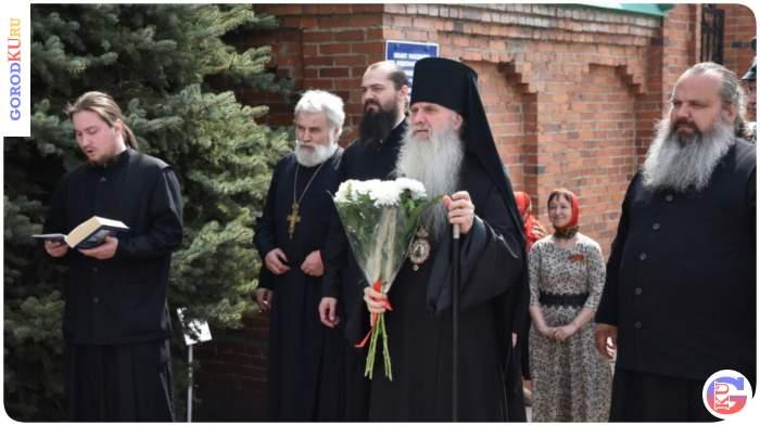 Цветы к мемориалу погибшим жителям села Волково возложил Епископ Мефодий