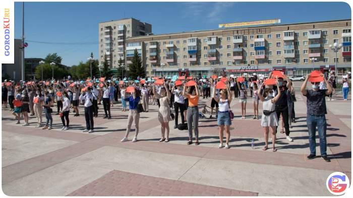 Живая надпись «СПАСИБО ЗА ПОБЕДУ» была создана на центральной площади Каменска-Уральского