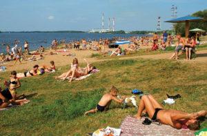 Пляж на берегу Волги.