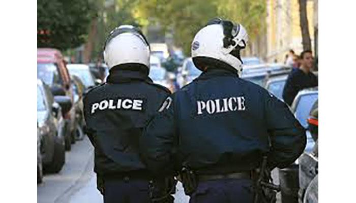 Αστυνομικός γδύθηκε & αυνανίστηκε έξω από οικία γυναίκας