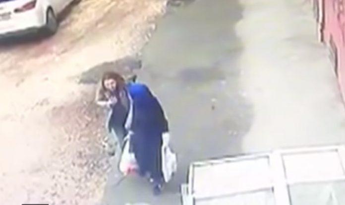"""Драма на улица во Турција: За секунда се отвори дупка во земјата и """"проголта"""" две жени (Видео)"""