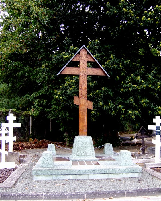 Памятный крест пансионерам Дома Земгора на кладбище в Кормей-ан-Паризи.