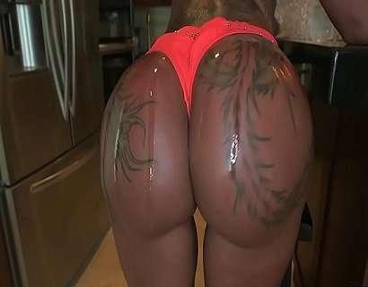 Bunduda tatuada trepando gostoso
