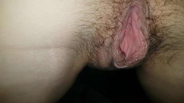 Gozando dentro da buceta peluda da minha esposa