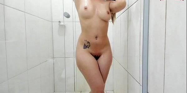 Gata gostosa levando um banho gostoso no xvideos