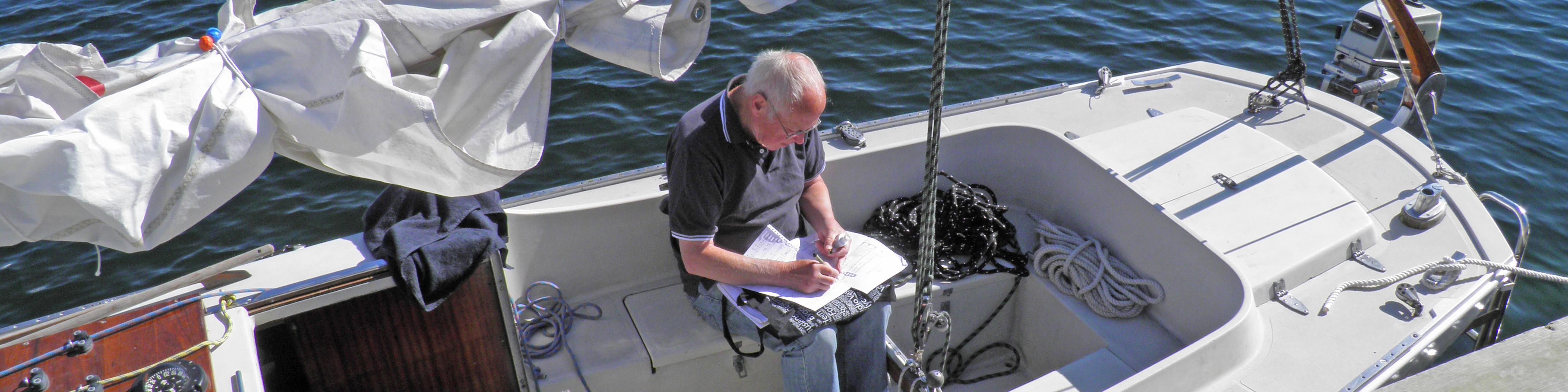 Gunnar Eriksson sitter i båten och arrangerar en körsång.
