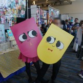 Snip (Twitter: @Ashe_dew) and Clip from Snipperclips in an adorable couple cosplay. Clip's real face is blurred for privacy.