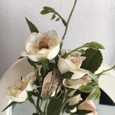 魅惑の白バラを100円ショップにて入手…♥(しめて¥200)