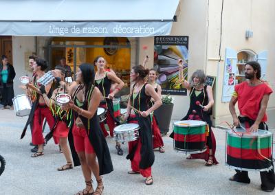 Batucada BamaHia pendant Les Fanfaronnades Aubenas 2014, place de l'Hôtel-de-Ville