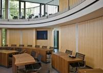 Phòng hội nghị bàn tròn với gỗ tiêu âm