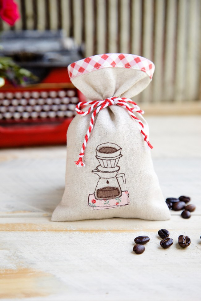 If you're a coffee lover or know of one, these little handmade coffee sachets by Minki's Work Table make the sweetest gift. Stretch your creativity in this easy sew tutorial. -Sewtorial