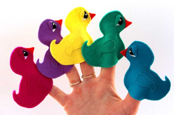 Create your own puppet show with this duck finger puppet pattern from Donna of Ebony Shae Designs (for Sew Mama Sew). Quack! Quack! - Sewtorial