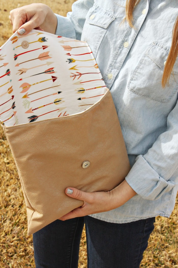 Love purses? This chic envelope clutch by Fort Worth Fabric Studio is big on style and easy to make. Make one (or more) in your favorite fabric. - Sewtorial