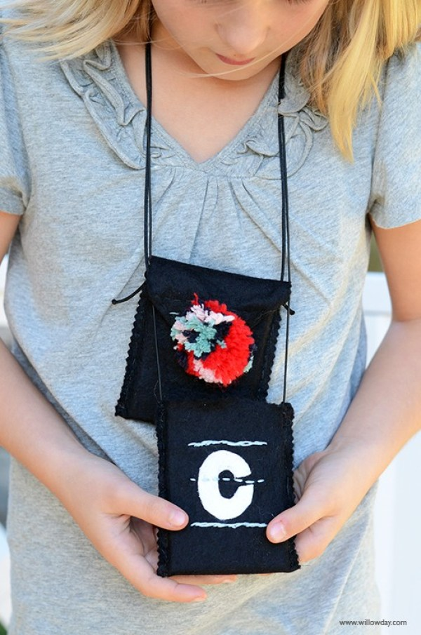 These pocket necklaces by Willowday remind me of summer camp. They are easy to make and a great Mom/Daughter project for Mother's Day. - Sewtorial.