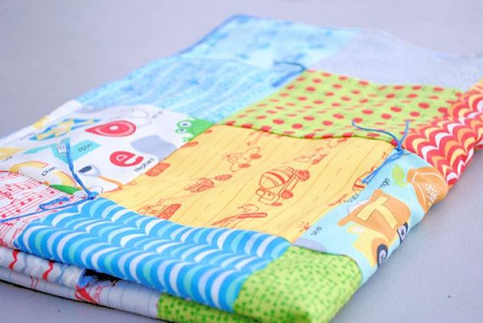 Crazy Little Projects has the perfect solution in this beginner blanket project that's super easy to make. -Sewtorial