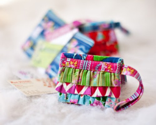 Here's an adorable ruffled mini wallet shared by Free Spirit Fabric. It's the perfect discreet carrier for your personal belongings. -Sewtorial
