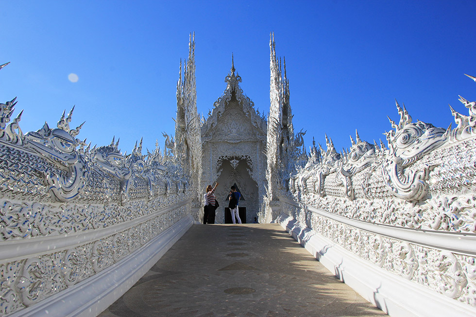 The bridge to the Wat Rong Khun temple