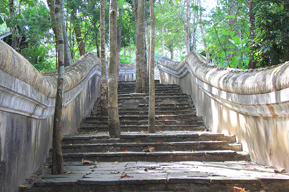 Stairs to Wat Analayo